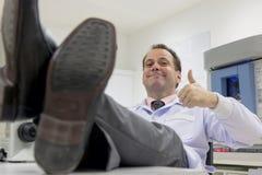 Lyckad doktor i ett laboratorium Arkivfoto