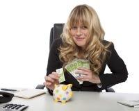 Lyckad entreprenör som sparar hennes pengar Arkivbild