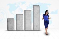 Lyckad entreprenör med affärsgrafen Arkivfoton