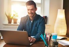 Lyckad entreprenör som ler i tillfredsställelse Royaltyfri Bild
