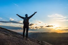 Lyckad fotvandra kontur för kvinna i berg, motivation och inspiration i solnedgång royaltyfri foto