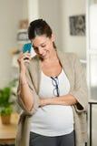Lyckad gravid kvinna hemma Arkivfoton