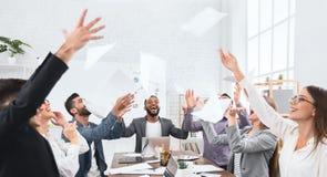 Lyckad grupp av affärsfolk som firar framgång arkivfoton