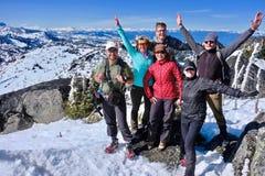 Lyckad grupp av vänner på bergöverkant royaltyfri fotografi
