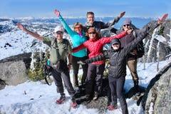 Lyckad grupp av vänner på bergöverkant fotografering för bildbyråer