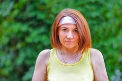 Lyckad idrottskvinna med racket på tennisbanan Sund livsstil fotografering för bildbyråer