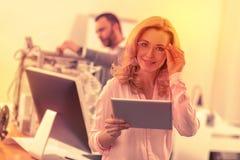 Lyckad intelligent dam med exponeringsglas som poserar för kameran royaltyfri fotografi