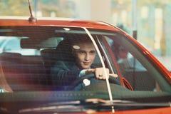 Lyckad kund i ny bil royaltyfria bilder