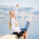 lyckad kvinna för bärbar dator Arkivfoto