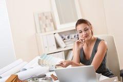 lyckad kvinna för märkes- bärbar datorkontor Arkivbild