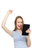 Lyckad kvinna med den digitala tableten Royaltyfria Foton