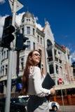 Lyckad livsstil för mode för affärskvinna stads- royaltyfria foton