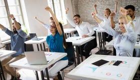 Lyckad lycklig grupp människor som lär programvaruteknik och affär under presentation fotografering för bildbyråer