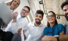 Lyckad lycklig grupp människor som lär programvaruteknik och affär under presentation arkivbilder