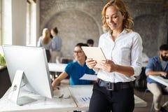 Lyckad lycklig grupp människor som lär programvaruteknik och affär under presentation arkivbild