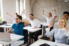 Lyckad lycklig grupp m?nniskor som l?r programvaruteknik och aff?r under presentation royaltyfria foton