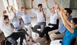 Lyckad lycklig grupp m?nniskor som l?r programvaruteknik och aff?r under presentation arkivbilder