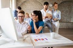 Lyckad lycklig grupp m?nniskor som l?r programvaruteknik och aff?r under presentation royaltyfri foto