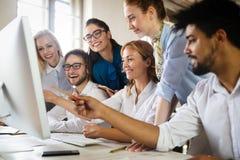 Lyckad lycklig grupp m?nniskor som l?r programvaruteknik och aff?r under presentation royaltyfri fotografi