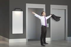 Lyckad man i rum med elevatorn Arkivbilder