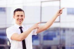 Lyckad man som pekar på sidan Arkivfoton