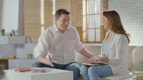 Lyckad rikeman som räknar euro, lyckligt krama för gift par stock video