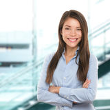 Lyckad säker stående för affärskvinna Royaltyfri Foto