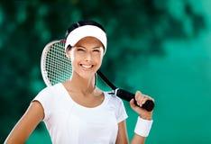 Lyckad sportswoman med racqueten Fotografering för Bildbyråer