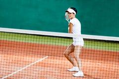 Lyckad sportswoman på tennisbanan Arkivfoton