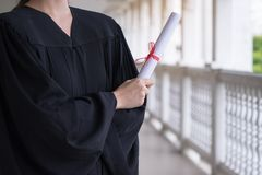Lyckad student på deras avläggande av examendag, doktorand- hållande diplom, utbildning, avläggande av examen och folkbegrepp arkivbilder