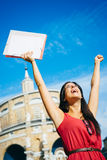 Lyckad student som lyfter armar Royaltyfria Foton