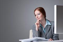 lyckad tänkande kvinna för affärskontor Arkivbild
