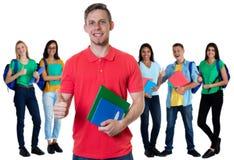Lyckad tysk manlig student med gruppen av studenter arkivbild