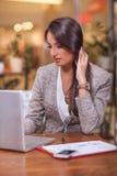 Lyckad ung affärskvinna i ett kafé Arkivfoton