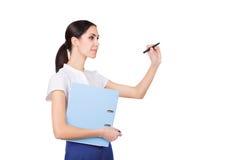 Lyckad ung affärskvinna i formalware med dokument och pennhandstil isolerat royaltyfria bilder