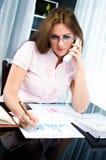 Lyckad ung affärskvinna som talar på ringa Royaltyfria Bilder