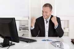 Lyckad ung affärsman som är stolt av hans framgång Arkivbild