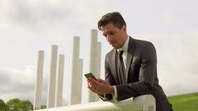 Lyckad ung affärsman som talar på mobiltelefonen arkivfilmer