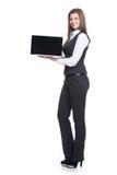 Lyckad ung hållande bärbar dator för affärskvinna. Royaltyfri Fotografi