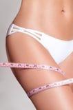 Lyckad viktförlust, härligt kvinnligt ben, bantar begrepp Arkivfoto