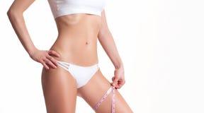 Lyckad viktförlust, härligt kvinnligt ben, bantar begrepp Royaltyfri Bild