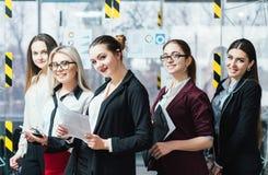 Lyckad workspace för förtroende för affärskvinnor royaltyfri fotografi