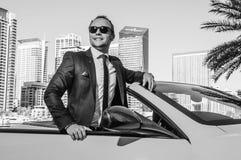 Lyckad yang affärsman i cabriobil royaltyfri bild