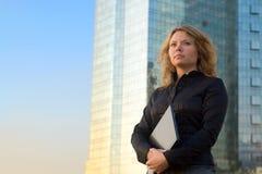 Lyckade affärskvinnor som rymmer bärbar dator Arkivbild