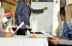 Lyckade businesspeople som diskuterar projekt i restaurang Fotografering för Bildbyråer