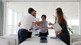 Lyckade ledare som skakar händer med de på möte i styrelse i affärsmitt lager videofilmer