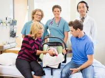 Lyckade medicinska Team With Newborn Baby And Fotografering för Bildbyråer