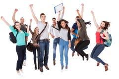 Lyckade universitetsstudenter över vit bakgrund Arkivbild