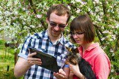 Lyckafamilj med den york terriern Arkivbild