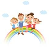 Lyckafamiljen som får på regnbågen Royaltyfri Bild